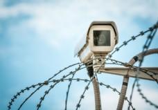 防盗围栏上的监控器图片