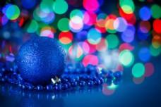 光斑与蓝色圣诞球图片