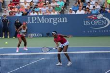 打网球比赛的美女图片
