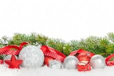 雪地里的圣诞球与丝带图片