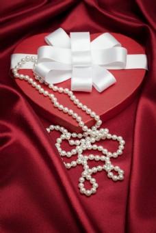 心形礼盒与珍珠图片