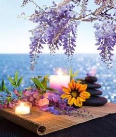 紫色花朵与蜡烛图片