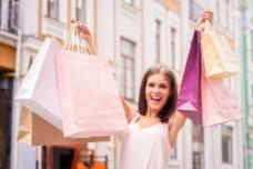 提着购物袋的时尚女性图片