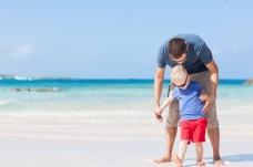 海滩上玩耍的父子图片
