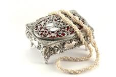 精致珠宝盒上的珍珠项链图片