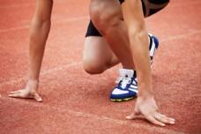 预备跑步的运动员图片
