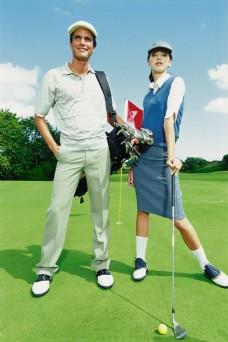 打高尔夫的外国男女图片