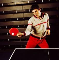 打乒乓球的男人图片