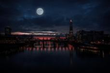城市上空的月亮