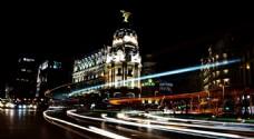 串流的城市夜景