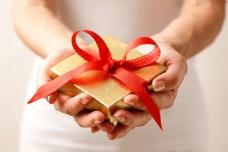 双手捧着的礼物图片