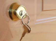 门上挂着的钥匙图片