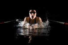 水里的人物摄影图片