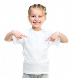 穿T恤的可爱女孩图片
