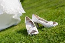 草地上的婚礼鞋图片
