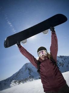 高举滑雪板大笑的人图片