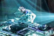 舞台灯光与玩DJ的音乐人图片