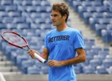 拿着网球拍的外国男人图片