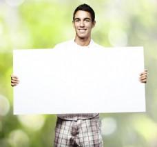 拿着空白卡纸的男人图片