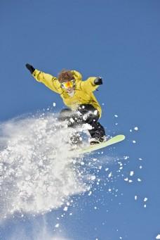 滑雪的外国男性图片