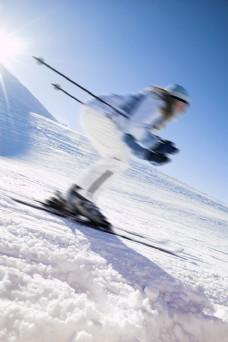 雪地上滑雪的外国美女图片