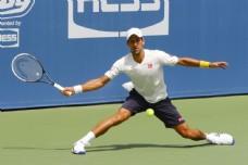 打网球的男性运动员图片
