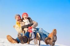 坐雪橇的情侣图片