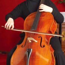 演奏时的大提琴摄影图片