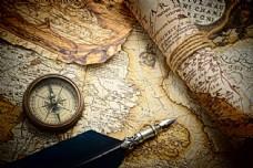 怀旧地图与指南针钢笔图片
