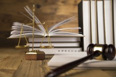 法律书本与追槌图片