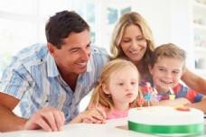过生日的家庭人物摄影图片