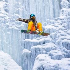 冰川滑下的滑板运动员图片