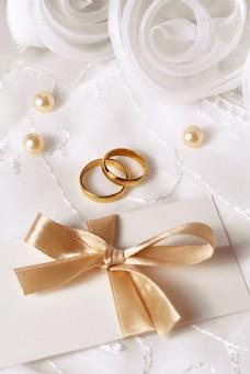 黄金对戒与婚礼贺卡图片