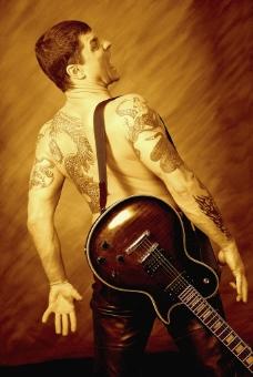 背着吉他的男人图片