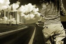 奔跑的女性与城市风光图片