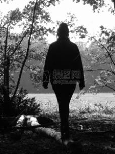 森林里女人背影